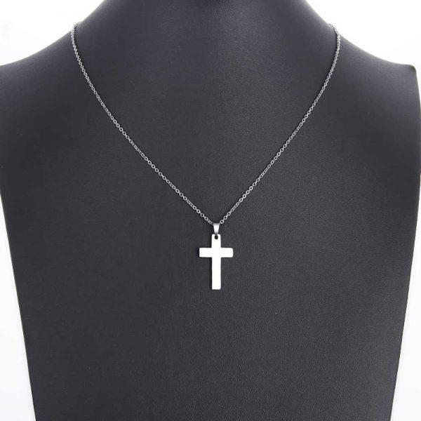 آویز گردنبند اسپرت طلا 18 عیار طرح صلیب کد 0610021 نقره ای روی مانکن